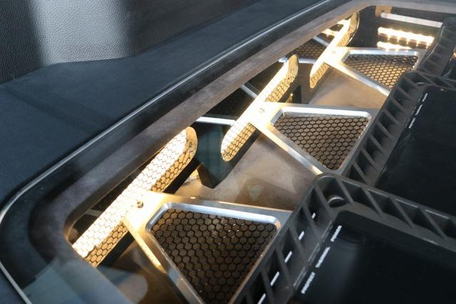 パワーアンプの取り付けスペースにはこのようにアルミ&メッシュ素材を使ったデザイン処理が施されている。