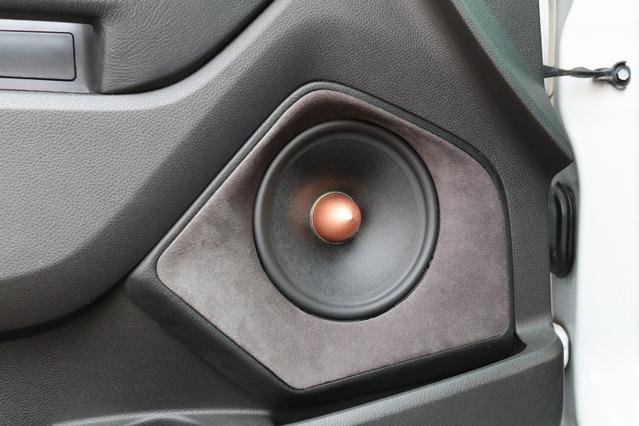 ロックフォードのT5のミッドバスをドアにアウターバッフル取り付け。バッフル面の存在感も満点の作り込みとなった。