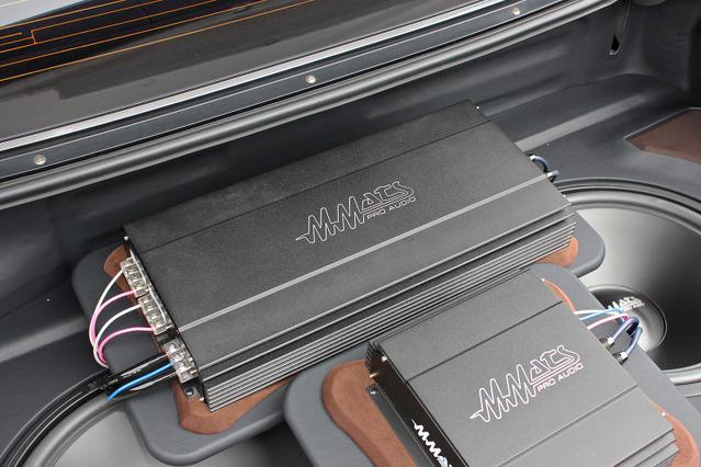 外部パワーアンプの取り付け例(製作ショップ:施音人工房<福岡県>)。