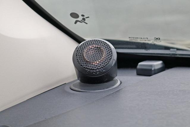 PS165FSEのツイーターをダッシュの純正ツイーター位置のカバーの上に設置するシンプルな取り付けを採用した。