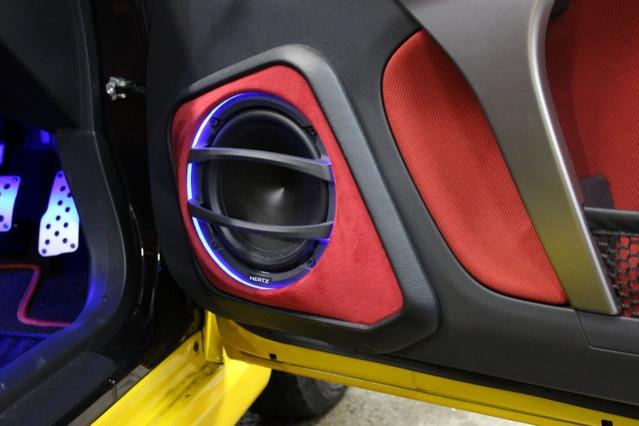 アウターバッフルはバッフル面に赤の人工スエードを使ったアピール度満点のデザイン。プロテクションも施し使い勝手も良い。