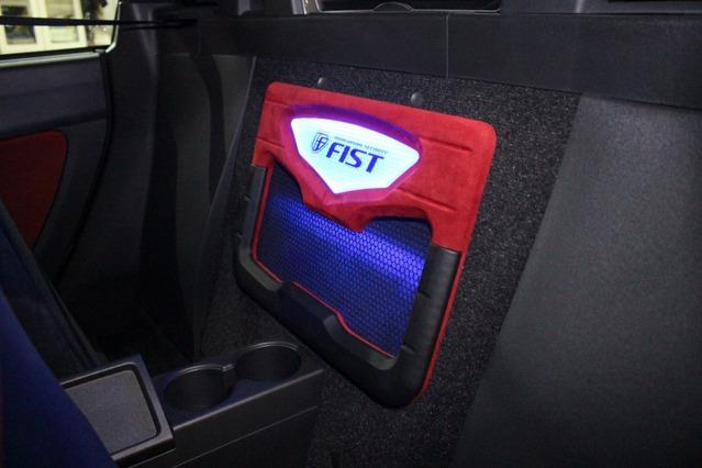 コクピット後方に背面パネルを設置。このパーツの機能はトランクに設置したサブウーファーの低音をコクピット内に導入することだ。