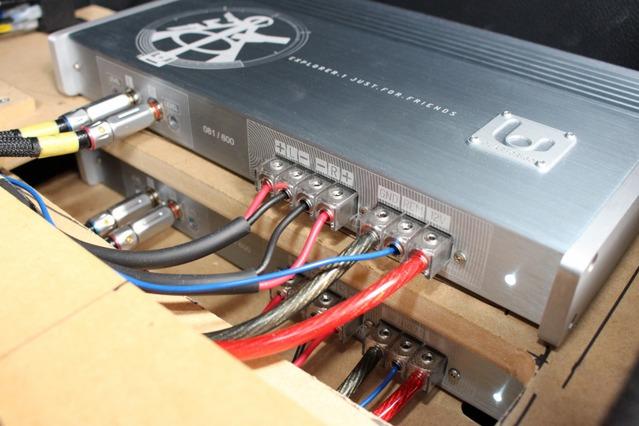 オーディオボードの表層に設置されているパワーアンプの下側にももう一台のパワーアンプをインストールしている。