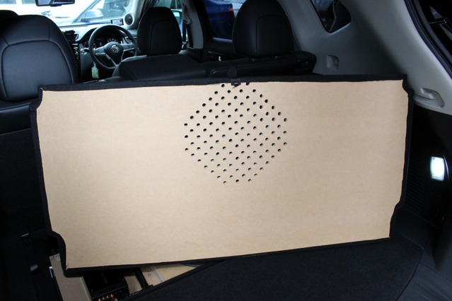 ボードを被せれてれしっかりと低音が出るように穴開け処理が施されたプロテクションボード。