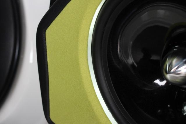 バッフルとスピーカーユニットの間にはリング状のアクリルを配してイルミ効果を狙う。薄い光源が上質な雰囲気を出している。