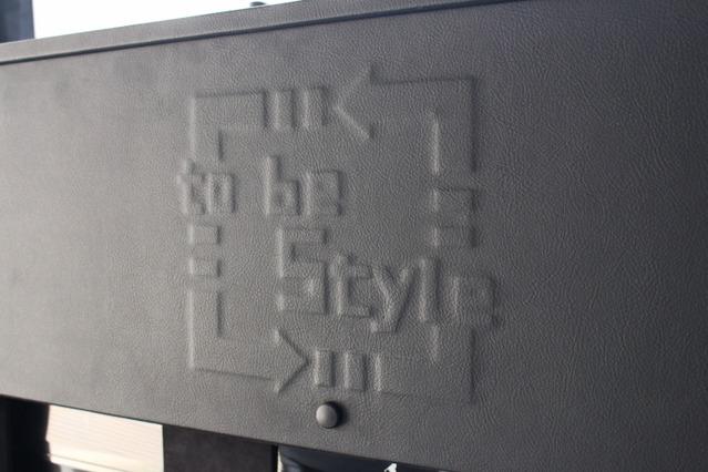 ウォール中央部にはショップロゴをエンボス加工。レザーによるシンプルな処理にアイキャッチとして取り入れた。
