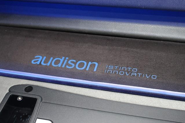 人工スエードに対してプリント処理でロゴを入れている。色を付けることも可能なのでオーディソンのロゴはブルーに仕上げる。