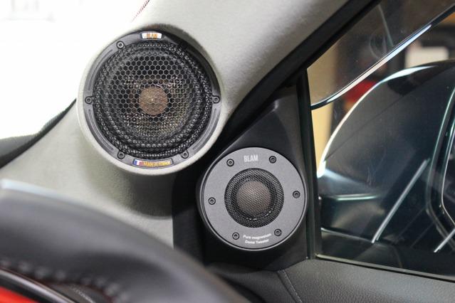 ミッドレンジにはMS3multixを、ツイーターにはTSM 25 MG 70HRをセレクト。Aピラーとドアミラー裏に存在感満点にインストール。