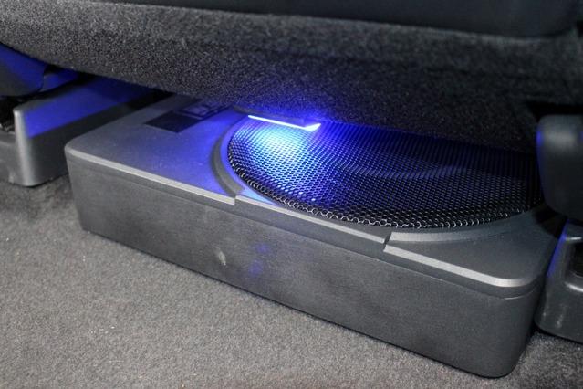 サブウーファーは薄型ボックスのブラムMSP25をチョイス。シート下のデッドスペースに収めて省スペースを実現した。