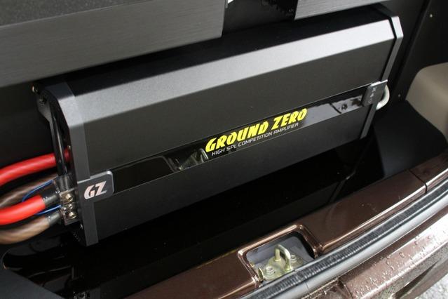 下部にはグラウンドゼロの大型アンプであるGZCA 12.0Kをインストール。パワフルにサブウーファーをドライブする。