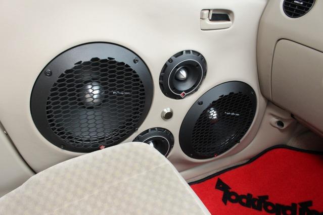ドアを閉めて車内側から見てもバランスの良いスピーカーレイアウトとしているのもインストール上の見どころ。