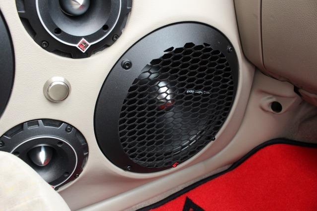 ミッドバスにはパンチプロのPPS4-10をチョイス。10インチの大口径に加えペーパーコーンによる音飛びの良さも体感できる。