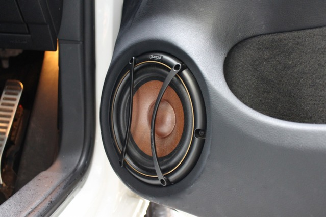 DS-SA3のミッドバスはドアにアウターバッフルで取り付けられる。純正ドアポケットも生かしたスマートな作り。
