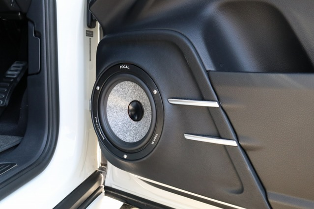 ドアのミッドバスはアウターバッフルでの取り付け。2本ピラーを備えた純正のドア形状は踏襲してデザインを施す。