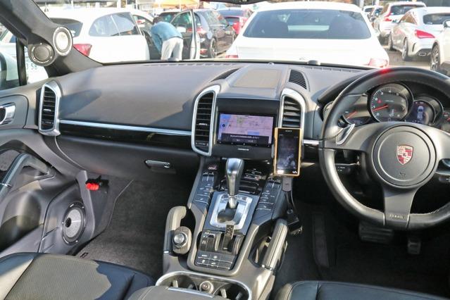 コクピットは大人のムード満点の仕上がり。ただしAピラーとドアまわりの加工はしっかりとオーディオカーを主張している。