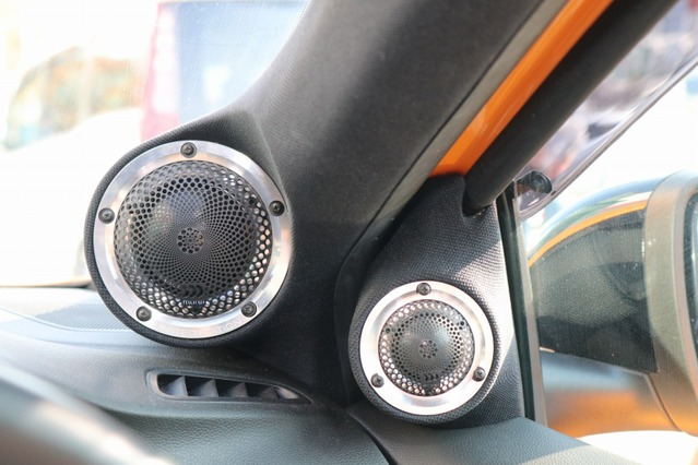モレルのミッドレンジをAピラーに、ツイーターをドアミラー裏にインストール。中高域のスピーカーを無く高い位置にセットした。