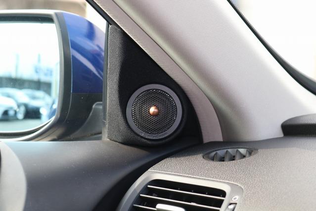 フロント回りで目に付くカスタムはツイーターだ。音質面や定位に加え、コクピットのアイキャッチとなる加工などので重視した。