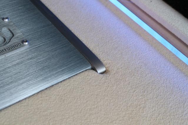 ラゲッジ細部には手の込んだカスタムが施される。パワーアンプの回りはパネルの切り欠き処理を実施、外周にはイルミ処理を施す。