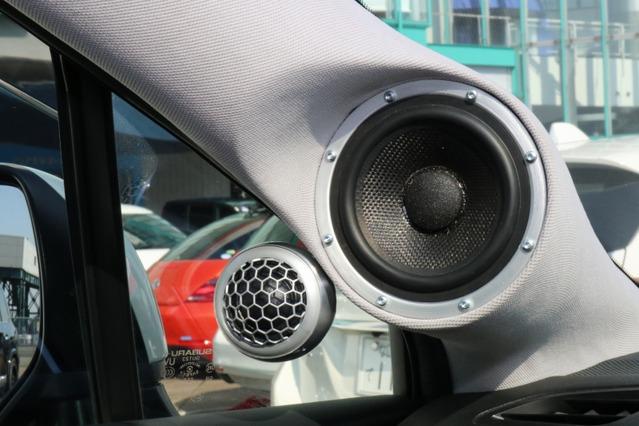 Aピラーにミッドレンジを納める。脇にはポッドを使ってより車体の外側にツイーターを取り付けることに成功している。
