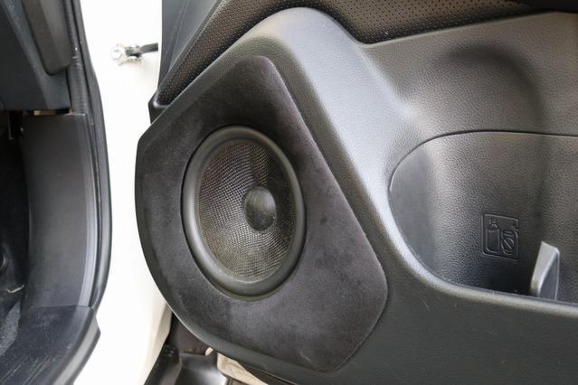 フロント3ウェイにはシンフォニ・クワトロリゴのTempoシリーズを用いる。ミッドバスはアウターバッフル取り付けとする。