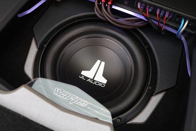 サウンド面でもラゲッジのデザイン面でもキーアイテムになっているのがJLオーディオのサブウーファー・10W0v3-4。