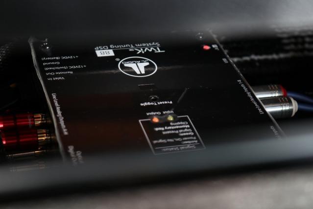シート下にはJLオーディオのプロセッサー・Twk88を設置。グラウンドゼロのパワーアンプも納めるなどデッドスペースをフル活用。