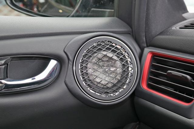 ユートピアMのミッドレンジ・3.5WMはドア上部にインストール。ダッシュのエアコン吹き出し口周辺と美しく一体化している。