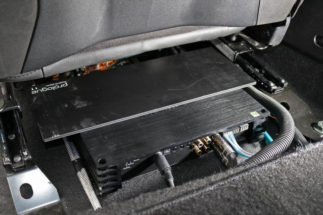 助手席シート下を見るとヘリックスのP-SIX DSP MkIIが設置されている。省スペース&省電力でスピーカーをドライブする。