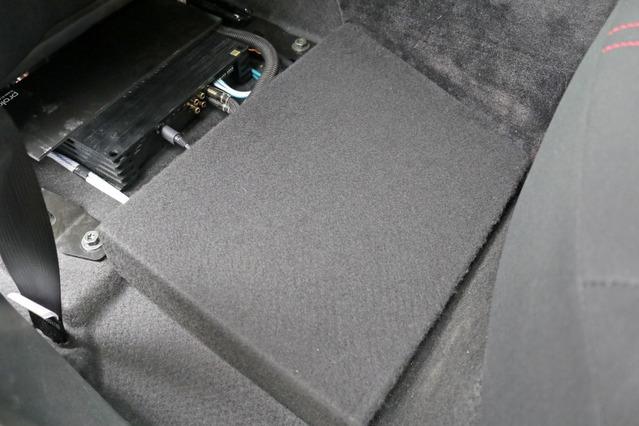 PRSのパワーアンプの上をカバーするパネルを設置すれば後席の乗員も床下を気にすること無く乗り込むことができる。