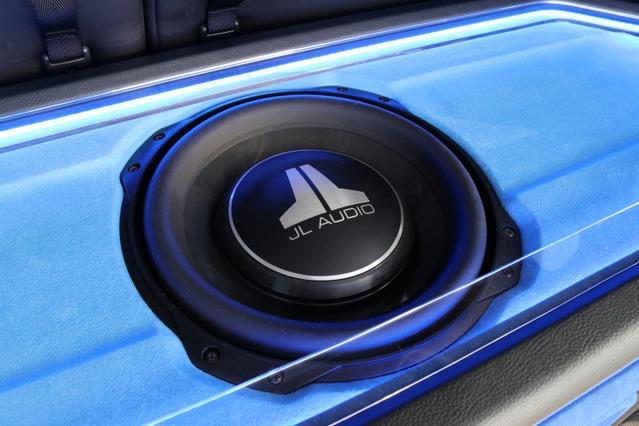 サブウーファーにはJLオーディオのTW3をインストール。薄型ユニットでクオリティの高い低音再生を可能にするユニットだ。