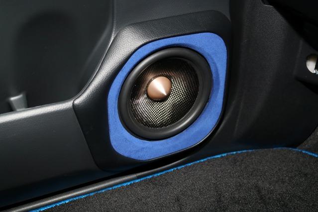 フロントスピーカーにはブラムのシグネチャーシリーズをチョイス。ミッドバスはドアにアウターバッフルで取り付ける。