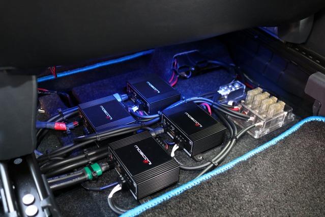 シート下に収まるのは小型パワーアンプのモスコニATOM2。4台のユニットをズラリと並べることができるのも小型モデルならでは。
