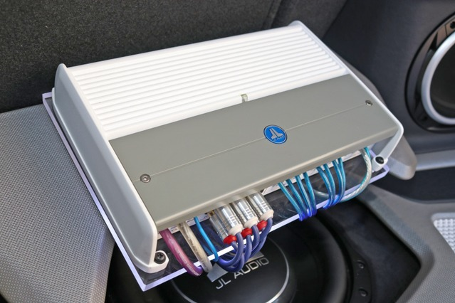 JLオーディオのパワーアンプ・Z700/5。マリーンモデルによるホワイトボディが独特のムードを持っているモデル。
