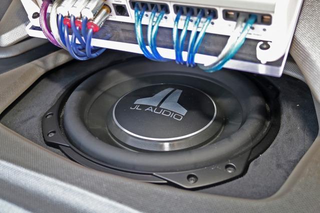 フロアにフラットにインストールさせているのがJLオーディオのサブウーファー・10TW3。パンチの効いた低音を響かせる。