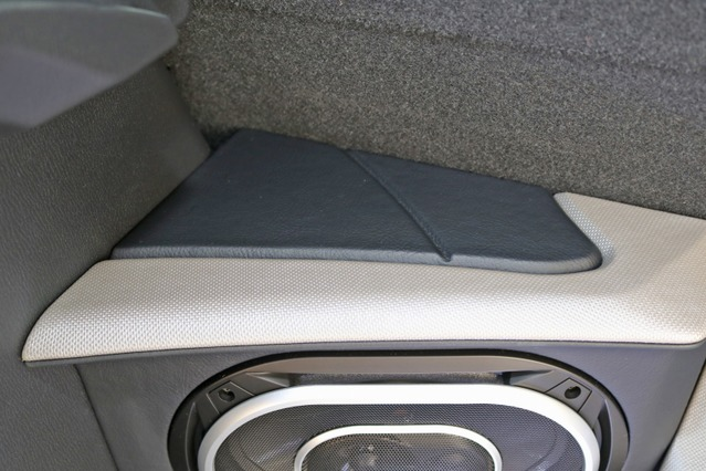 外向きスピーカーのボックスにも細かなデザイン処理を施す。ブラックレザーとシルバーカーボンをコンビで使うのも美しい。