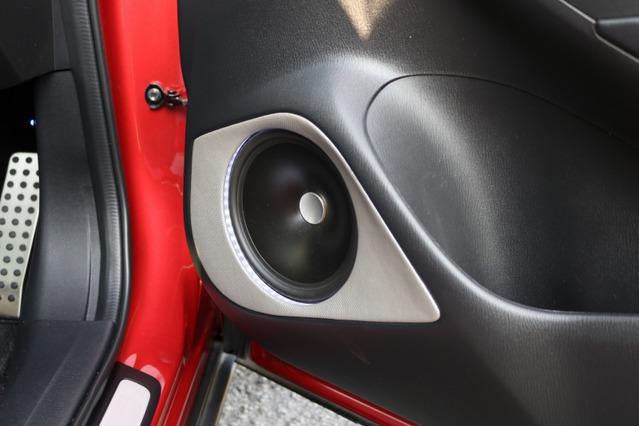 ドアの純正デザインを大きく崩すことなくアウターバッフルを製作。シルバーカーボンの処理もアクセントになっている。