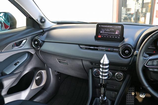 コクピットは落ち着いたダーク系のカラーリング。そこにシルバーカーボのドアバッフルとライトグレーのAピラーを融合させる。