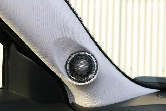 純正風のデザインをリクエストしたAピラーのツイーター取り付け。ライトグレーの生地でツイーターを際立たせている。