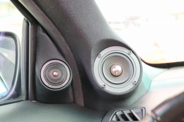 フロントスピーカーにはロックフォードT5にミッドレンジを加えた3ウェイ構成とした。