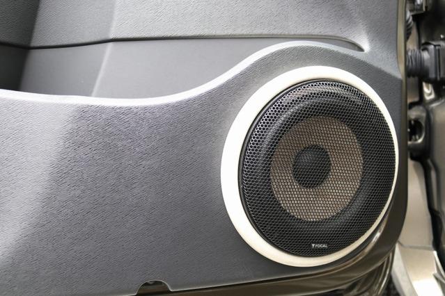ドアにはPS165FSEのミッドバスをアウターバッフルで取り付け、余裕たっぷりの中低音と高域のヌケを得た。