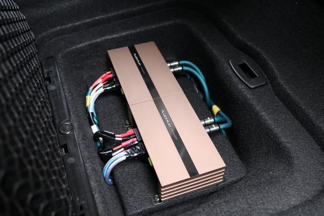 PLUG&PLAYブランドのPOWERを2台インストールした床下収納スペース。小型アンプなので省スペースに納めることができた。