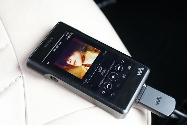 オーディオプレイヤーとしてはウォークマンも搭載。音質面でもメリットのある同モデルを使いこなし車内の音質をアップ。