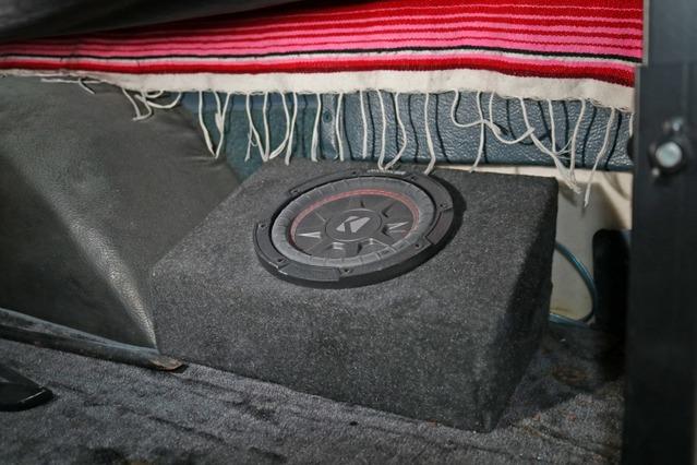 キッカーのコンプRTのサブウーファーをワンオフのボックスを作ってインストール。16.5cmの小径ユニットでスペース効率も良い。