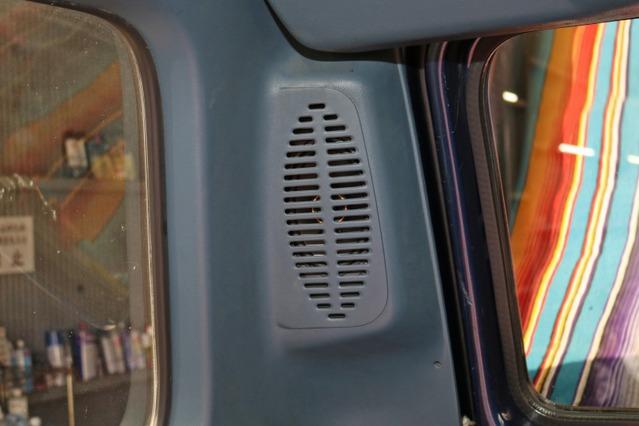 リアスピーカーにもキッカーのユニットをチョイス。KSシリーズのオーバルモデルであるKSC6904を純正位置に納めた。