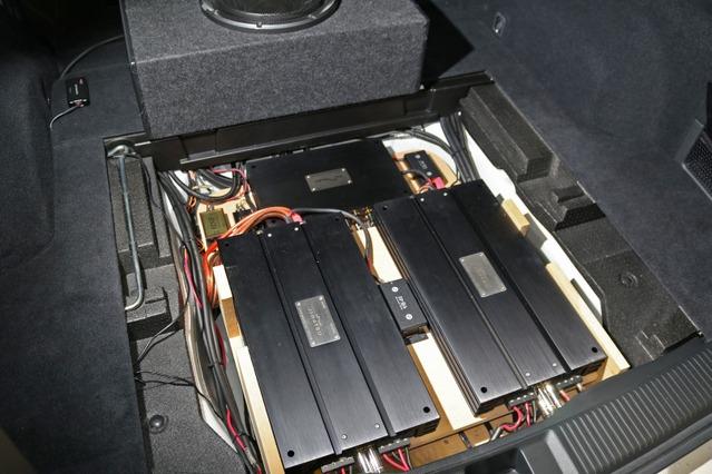 ラゲッジのフロア下にはパワーアンプやDSP、レギュレーターなどを多層に積み重ねるラックを設置して収納する。