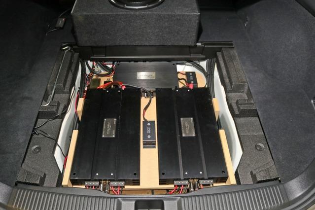 大型のパワーアンプ×2台を縦にレイアウトして見事にスペース内に納めているのは見事なインストールスタイルだ。