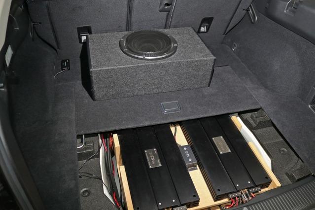 カバーを掛ければスペアタイヤスペースに納めたオーディオラックは完全にフロア下に隠れる仕組み。