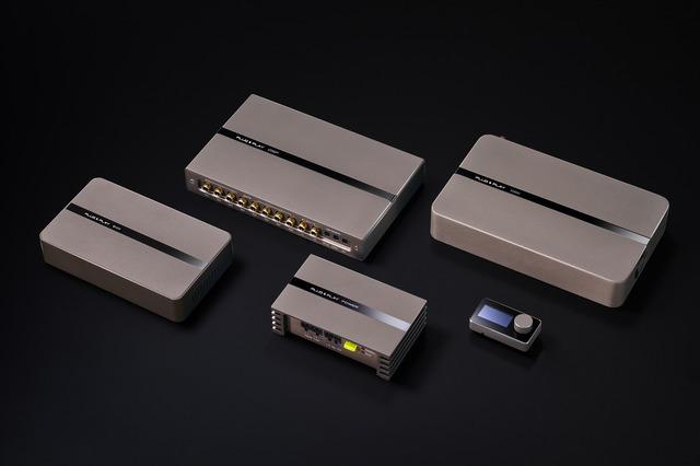 """""""プラグアンドプレイ""""の製品群。同社は2機種のパワーアンプ内蔵DSPをラインナップしている。"""