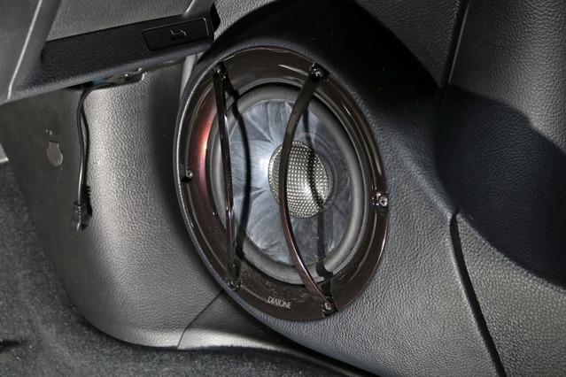 ドアにはDS-SA1000のミッドバスをアウターバッフルでインストール。バッフルはドアポケットを延長したラインでデザインされる。