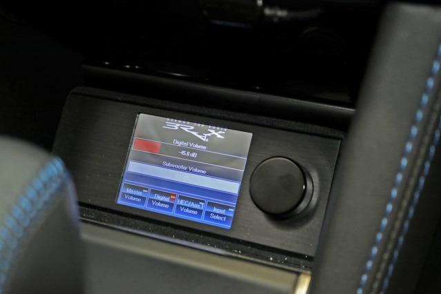 ブラックスDSPをコントロールするダイレクター。センタークラスターの下部にビルトイン取り付けされ使い勝手も良い。